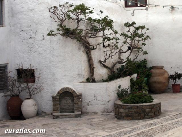 Cliquez ici pour télécharger A Courtyard in Naxos