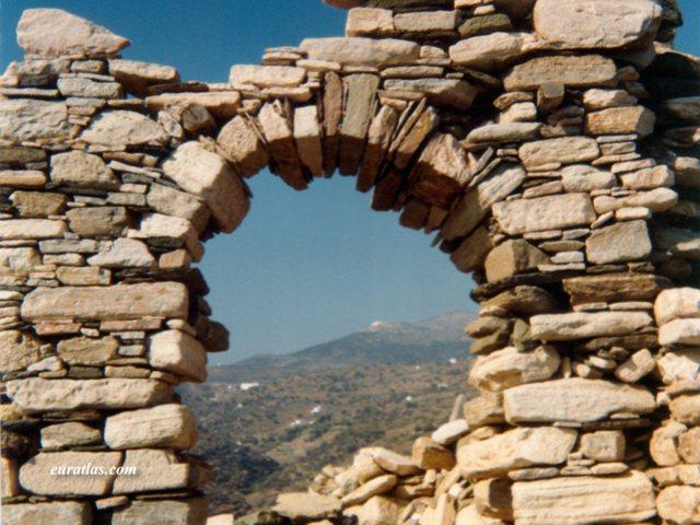 Cliquez ici pour télécharger A Ruined Arch in Sifnos