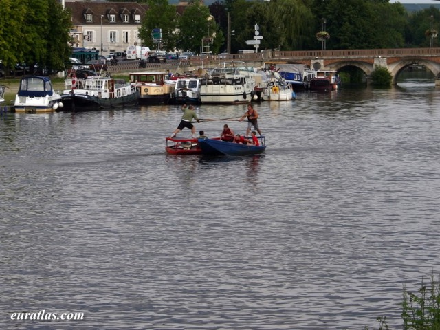 Click to download the Sea jousting in Auxerre