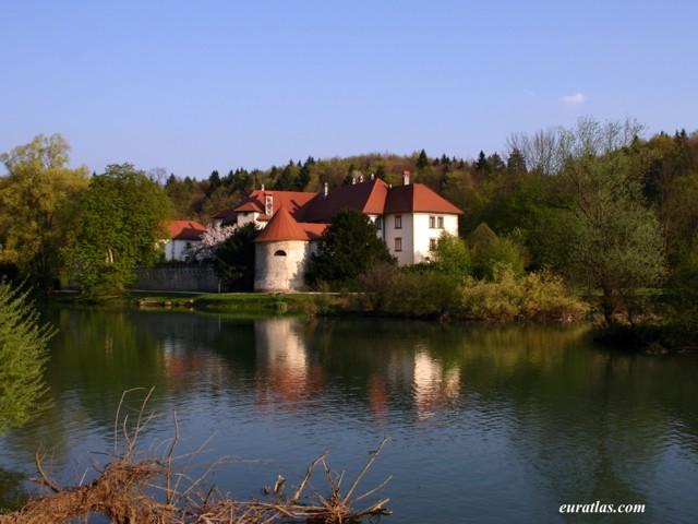 Cliquez ici pour télécharger Otocec Castle on the...
